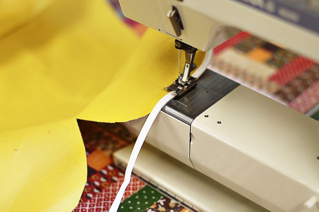 Sewing a scalloped edge with piping or bias tape