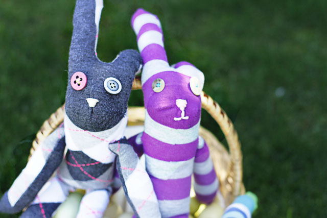 Basket o' Sock Bunnies! DIY Tutorial via lilblueboo.com
