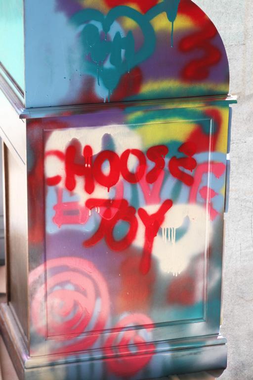 Spraypaint graffiti furniture tutorial paint drips via lilblueboo.com