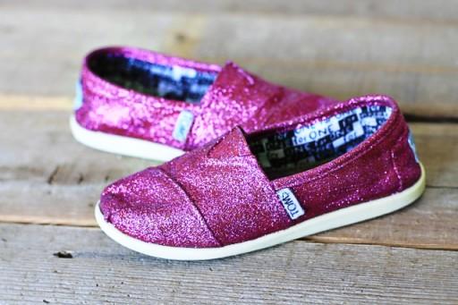 Revamp TOMS soles with Magic Eraser via lilblueboo.com #toms