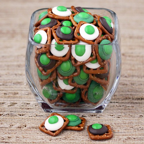 St. Patrick's Day Food Ideas: Chocolate Pretzel Bites by Love from the Oven via Ashley Hackshaw / lilblueboo.com