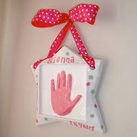 Top tutortials week - DIY handpring plaque via lilblueboo.com